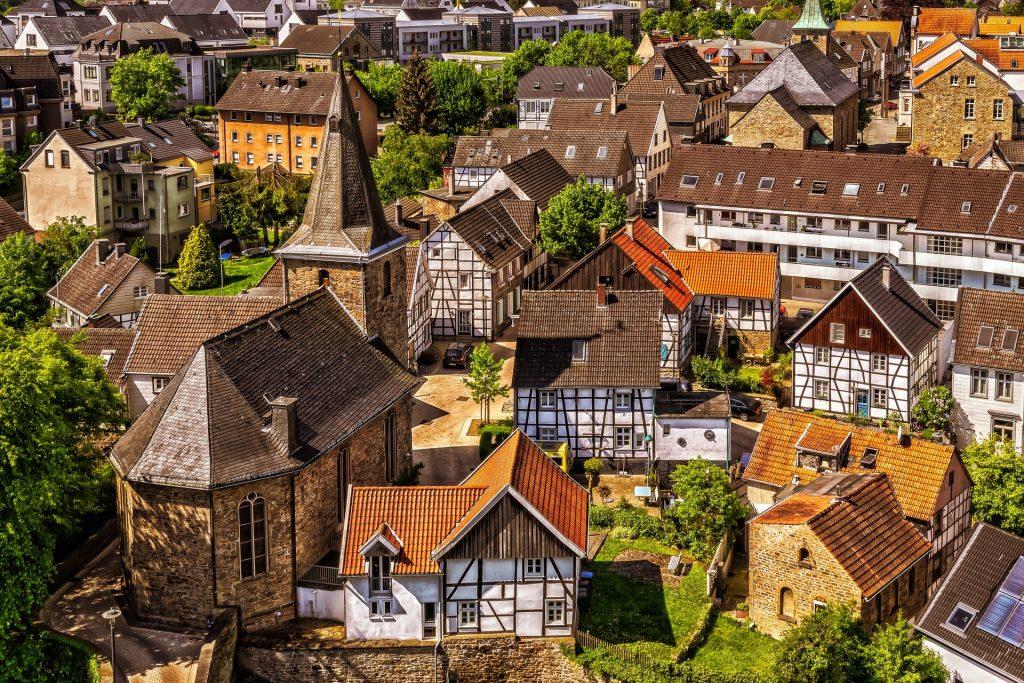 Fotobeschreibung: Eine gut erhaltene eifeler Altstadt aus der Vogelperspektive. Fachwerkhäuser und eine Kirche beherrschen das Bild.