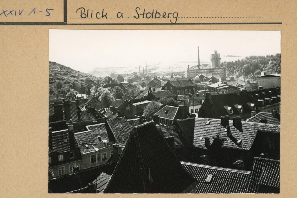 Bildtext: Schwarz-Weiß-Aufnahme von Stolberg aus der Vogelperspektive