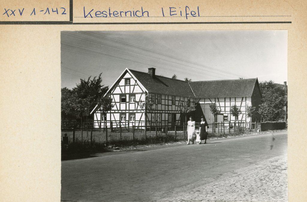 Bildtext: Schwarz-Weiß-Aufnahme eines großen Fachwerkhauses in Kesternich