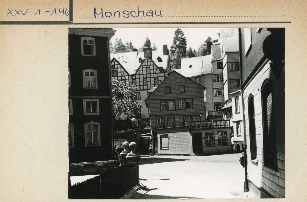 Bildtext: Schwarz-Weiß-Aufnahme einer Straßenansicht von Monschau