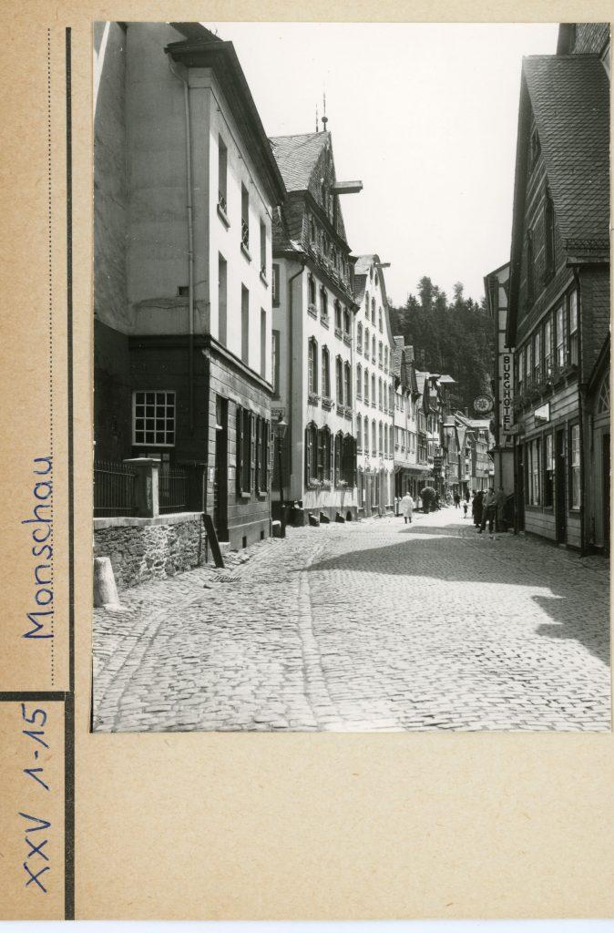 Bildtext: Schwarz-Weiß-Aufnahme einer Straßenansicht in Monschau