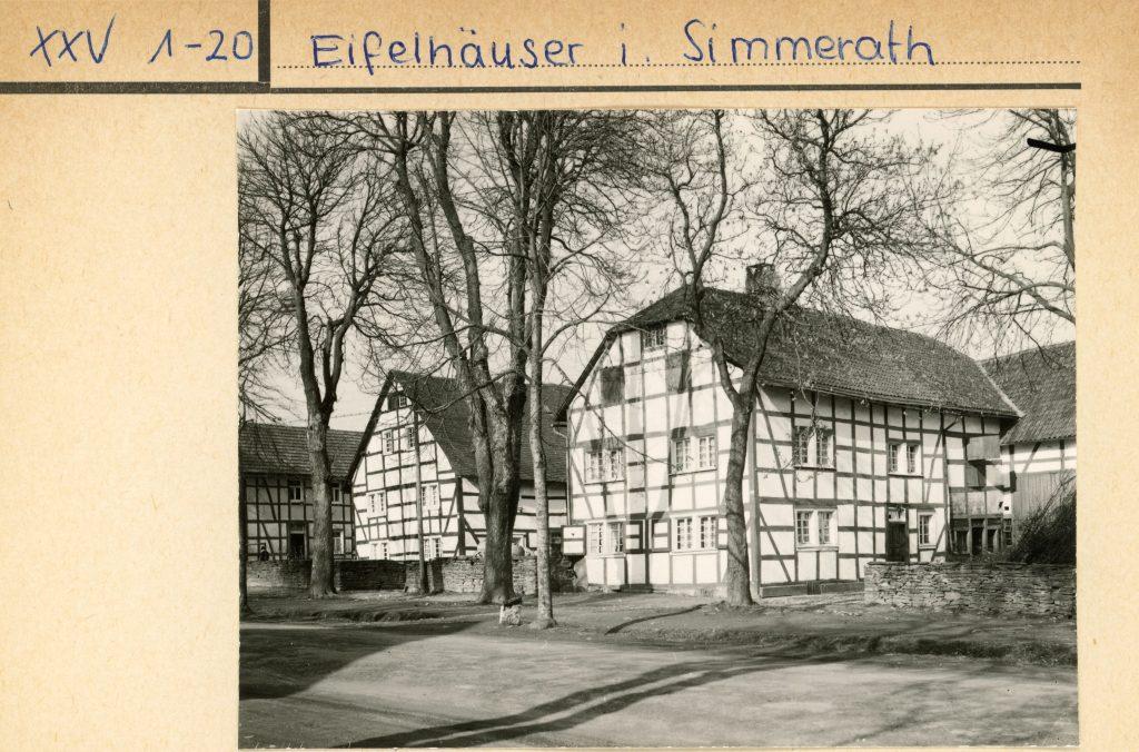 Bildtext: Schwarz-Weiß-Aufnahme von zwei Fachwerkhäusern in Simmerath