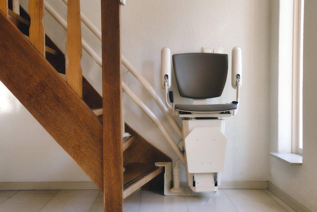 Fotobeschreibung: Nahaufnahme eines Treppenlifts in der unteren Etage