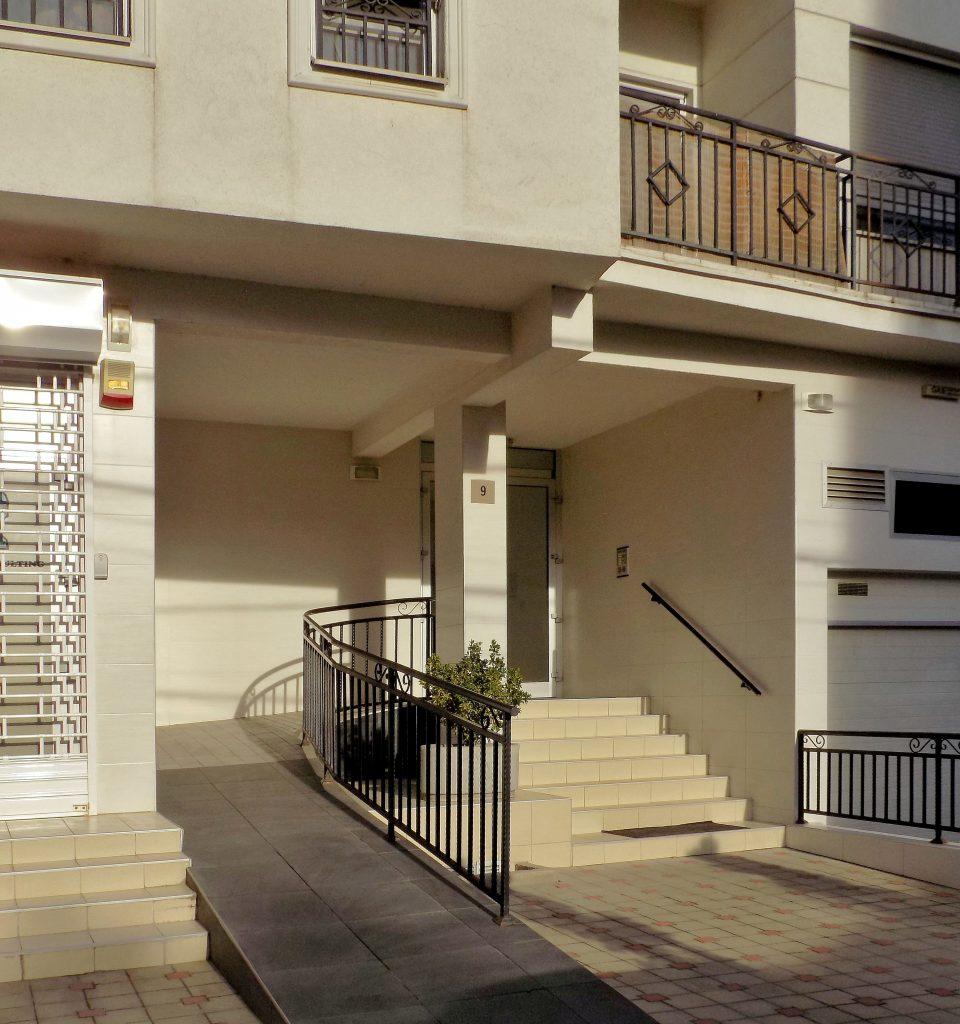 Fotobeschreibung: Der Eingangsbereich eines Hauses wurde barrierefrei mit einer zusätzlichen Rampe gestaltet.